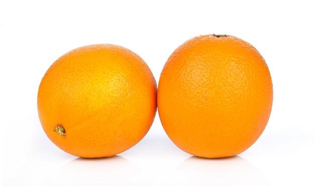 Fruta anaranjada aislada en el fondo blanco