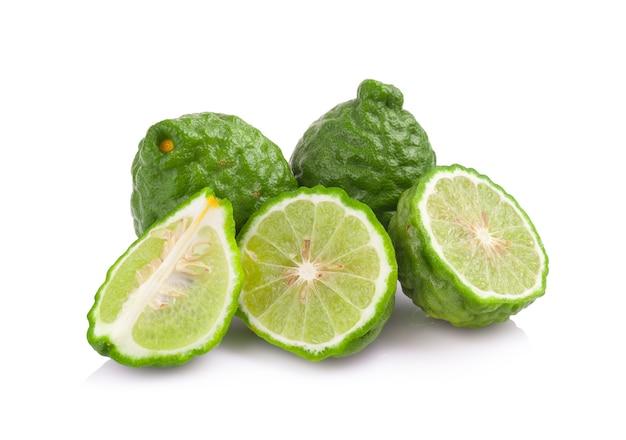Fruta de bergamota en el fondo blanco.
