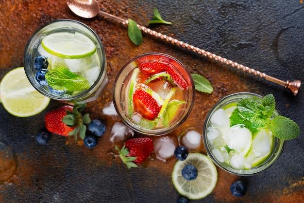 Fruta casera de verano y limonada de bayas.