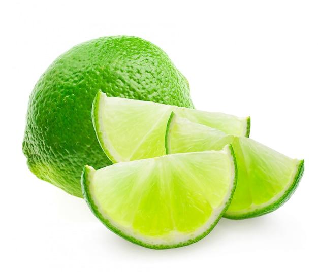 Fruta cítrica de lima aislado sobre fondo blanco recorte