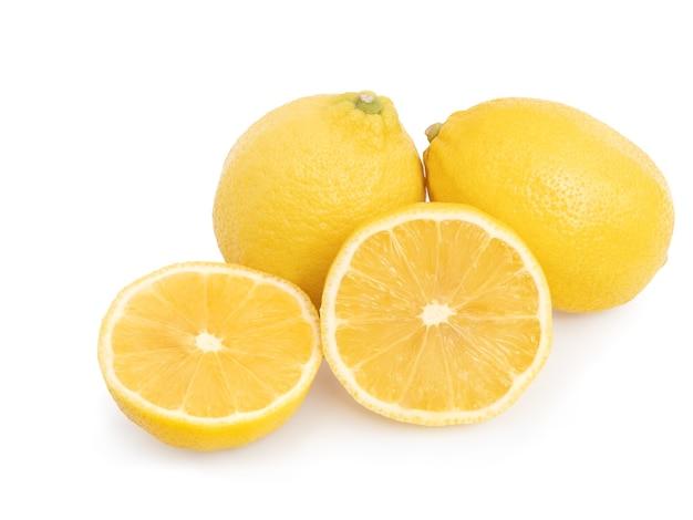 Fruta cítrica de limón amarillo entero y medio aislado sobre fondo blanco con trazado de recorte