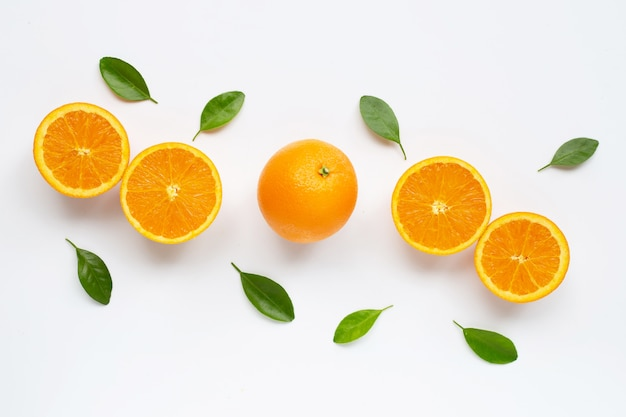Fruta cítrica naranja fresca con hojas aisladas