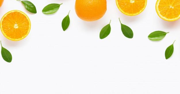 Fruta cítrica naranja fresca con hojas de fondo aislado