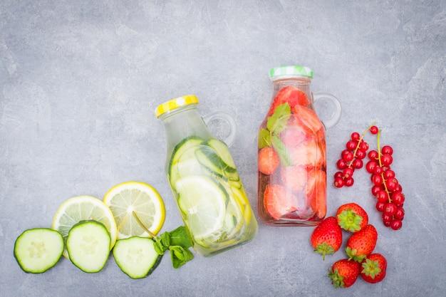 Fruta de desintoxicación de agua infundida, refrescante cóctel casero de verano
