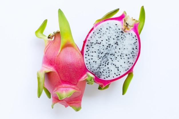 Fruta del dragón, pitaya aislado en blanco.