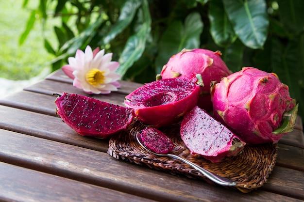 Fruta del dragón rojo tropical jugosa brillante. la fruta del dragón o pitaya es la planta de la familia cactaceae o cactus.
