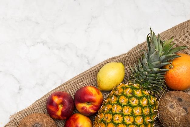 Fruta exótica en madera contrachapada y espacio de copia