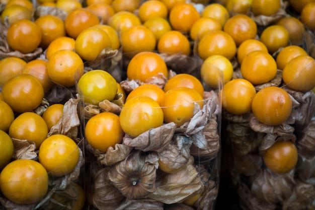 Fruta exótica physalis en un mercado