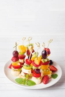 Fruta fresca en brochetas.