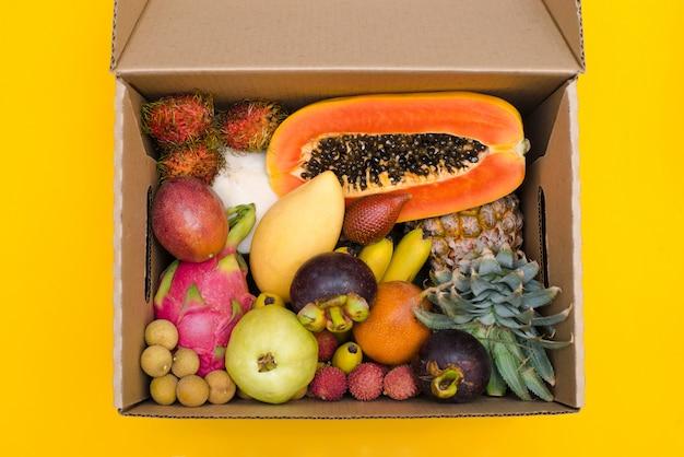 Fruta fresca en caja de cartón.