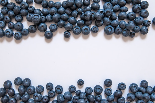 Fruta fresca dulce de arándano y hoja de menta con copia espacio. comida sana del postre. grupo de bayas orgánicas jugosas azules maduras. para el sitio web, diseño de la bandera. aislados en fondo blanco.