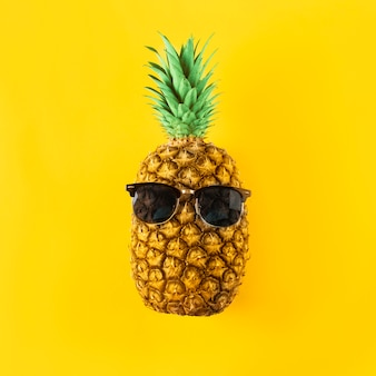 Fruta fresca con gafas de sol
