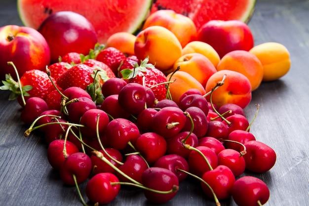 Fruta fresca en mesa de madera