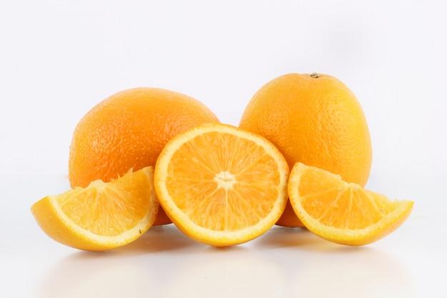 La fruta fresca de naranja es muy buena para la salud.