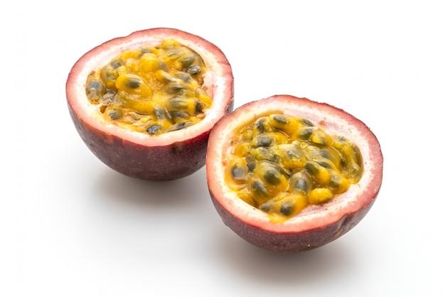 Fruta fresca de la pasión en el fondo blanco