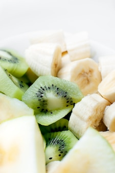 Fruta fresca en plato blanco