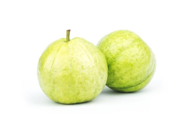 Fruta de guayaba aislada en blanco.