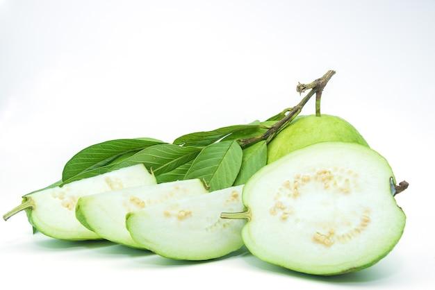 Fruta de guayaba aislada en el fondo blanco.