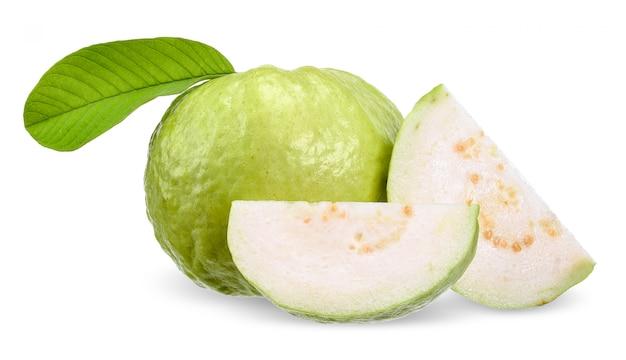 Fruta de guayaba aislada en el trazado de recorte blanco