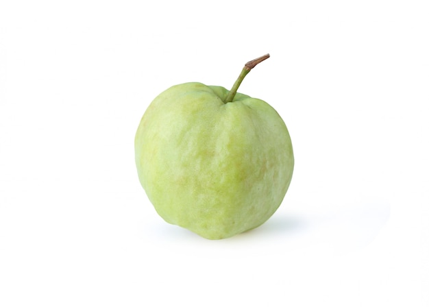Fruta de guayaba fresca aislada en el fondo blanco.