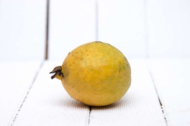 Fruta de guayaba fresca en un fondo blanco.