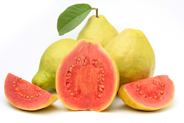 Fruta de guayaba de primer plano, rosada, fresca, orgánica, con hojas, enteras y en rodajas, aisladas sobre fondo blanco. vista frontal