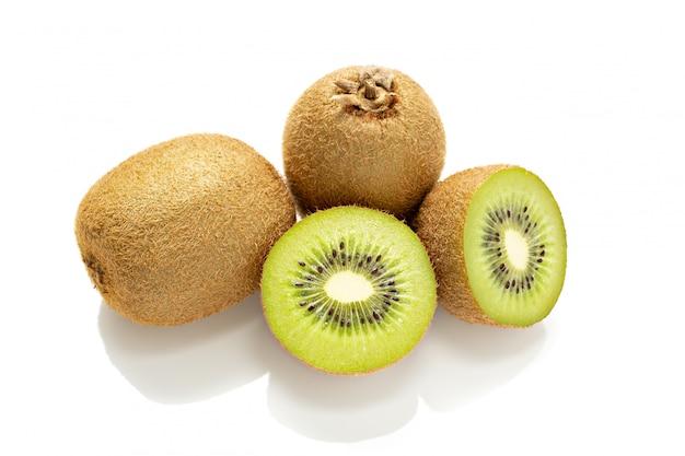Fruta de kiwi fresca aislada en blanco. actinidia de kiwi