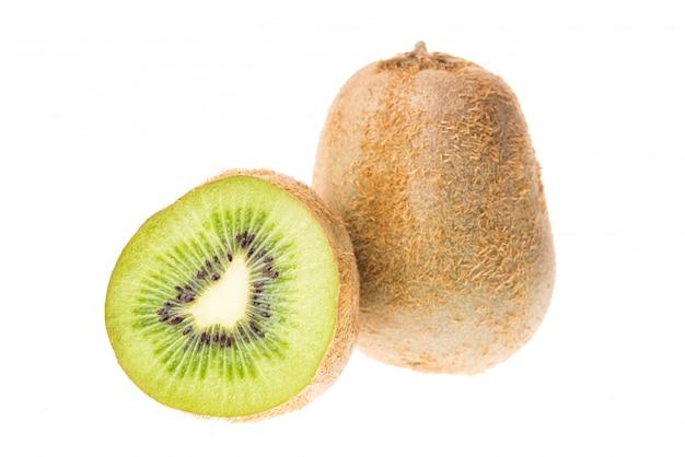 Fruta de kiwi fresca aislada en blanco