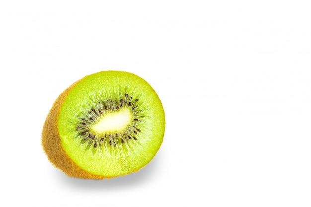 Fruta de kiwi con sombra sobre fondo blanco.