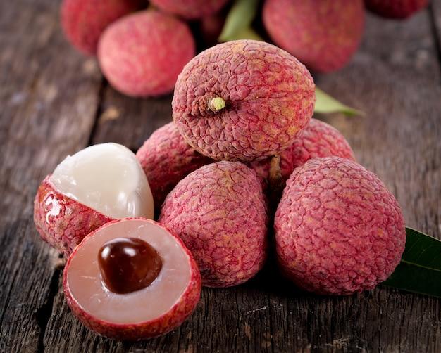 Fruta de lichi en madera