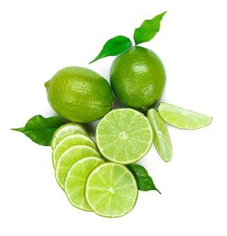 Fruta de lima picada aislado sobre fondo blanco.
