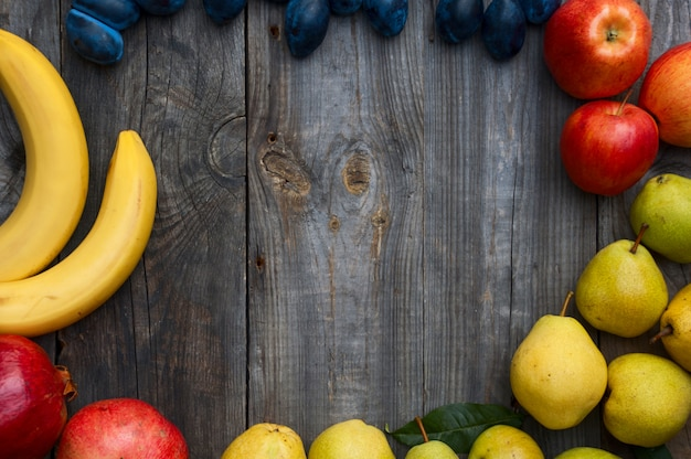 Fruta madura sobre fondo de madera
