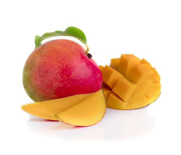 Fruta de mango decorada con hojas aisladas sobre fondo blanco