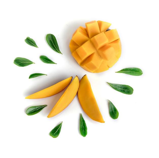Fruta del mango decorada con hojas aisladas sobre fondo blanco