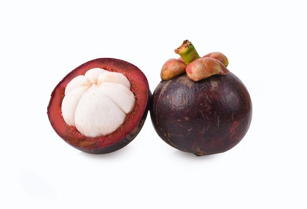 Fruta del mangostán en blanco