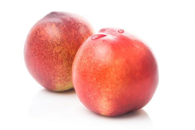 Fruta de melocotón madura aislado en recorte de fondo blanco