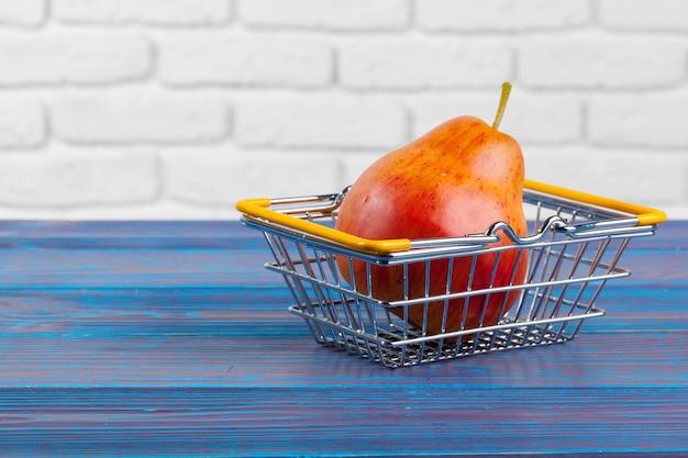 Fruta con mini carrito de compras