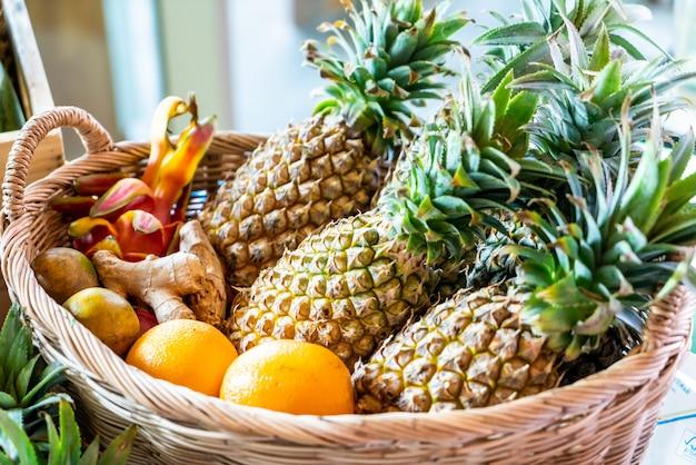 Fruta mixta en cesta