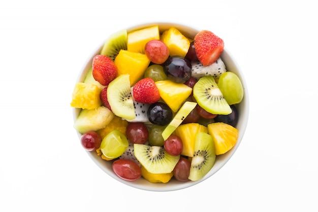 Fruta mixta en plato blanco