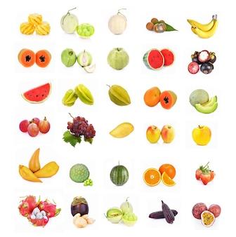 Fruta mixta sobre fondo blanco.