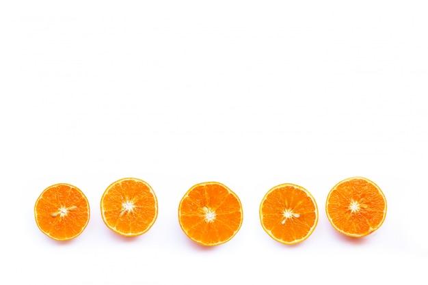 Fruta naranja aislada sobre fondo blanco.