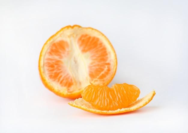 Fruta naranja sobre fondo blanco