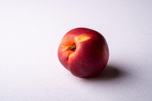 Fruta de nectarina durazno solo en blanco