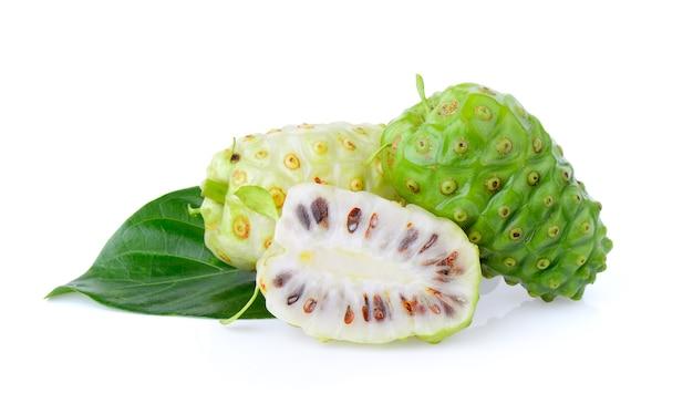 Fruta de noni en el fondo blanco