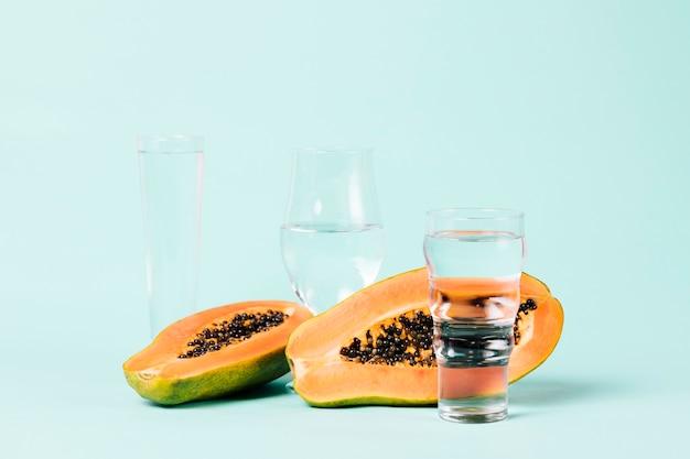 Fruta de papaya y vasos de agua