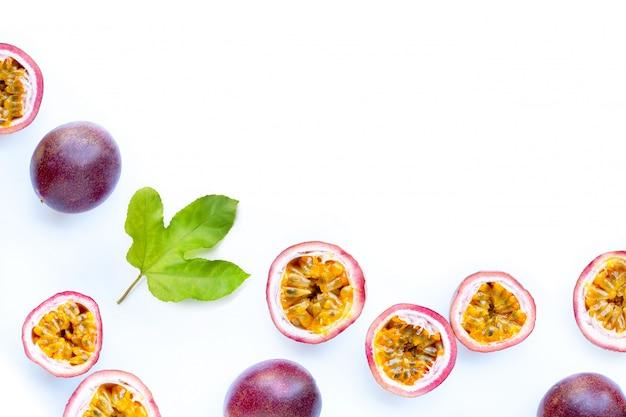 Fruta de la pasión en el fondo blanco.