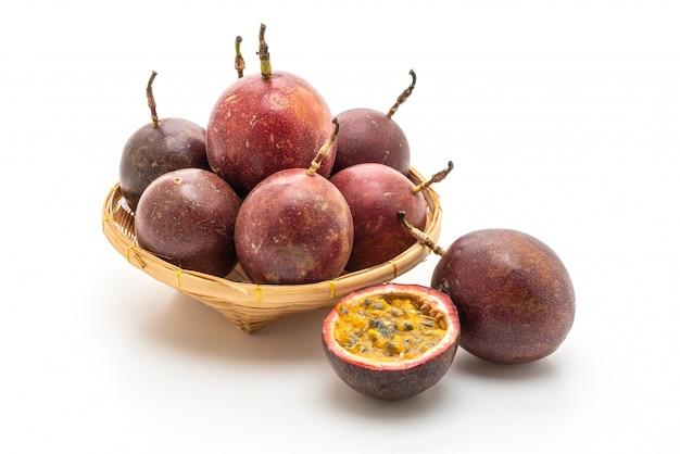 Fruta de la pasión fresca en blanco