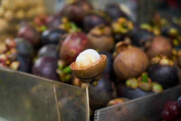 Fruta pinchada en un palo