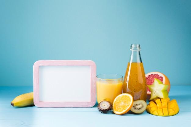 Fruta refrescante y zumo con copia espacio.