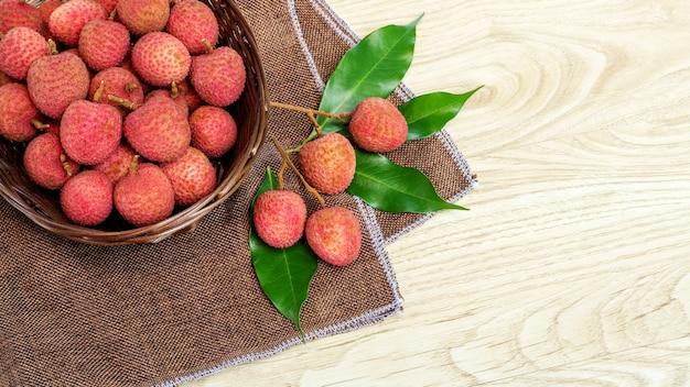 Fruta roja del lichi en una tabla de madera.
